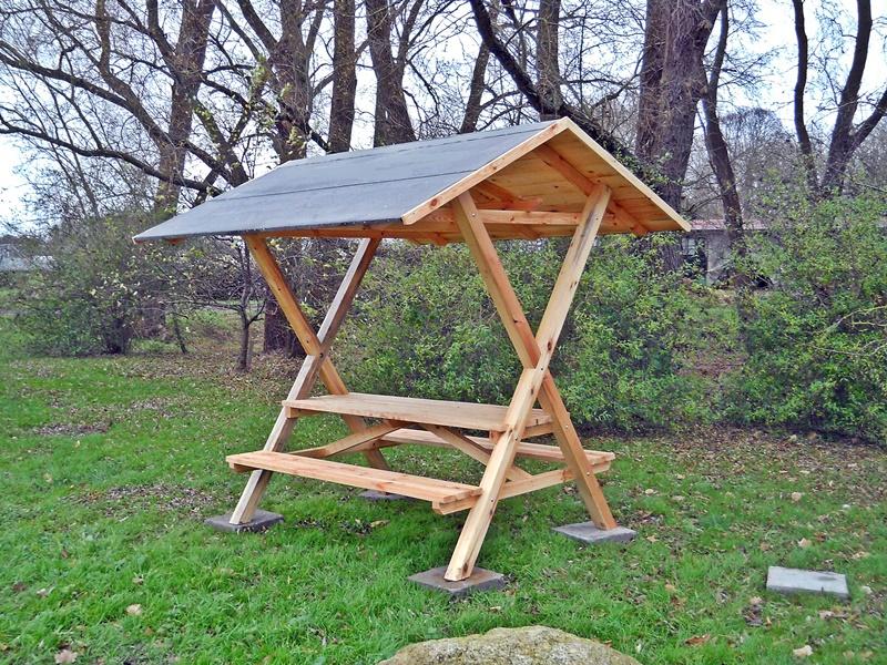 Überdachte Sitzgruppe aus Holz